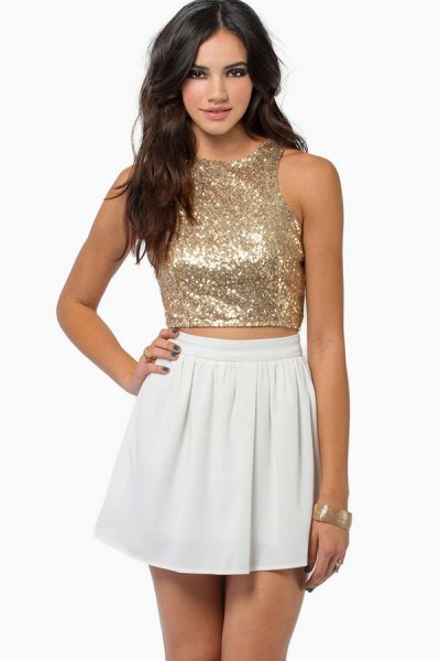 Short vest top made of sequins in rose gold with a white minirater skirt