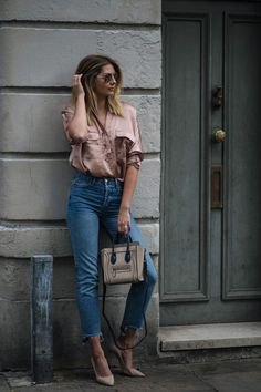 Rose gold short-sleeved shirt with cropped high-rise jeans