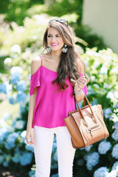 Short-sleeved pink cold shoulder top with white skinny jeans