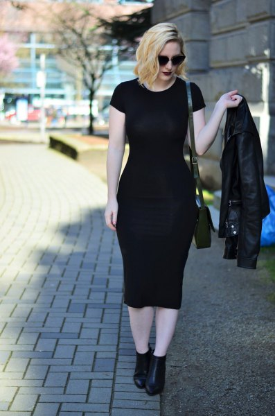 Short-sleeved midi dress with biker jacket and black leather boots