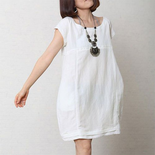 short-sleeved mini dress made of white cotton with a boho necklace
