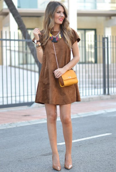 Short sleeve swing brown dress with mustard shoulder bag