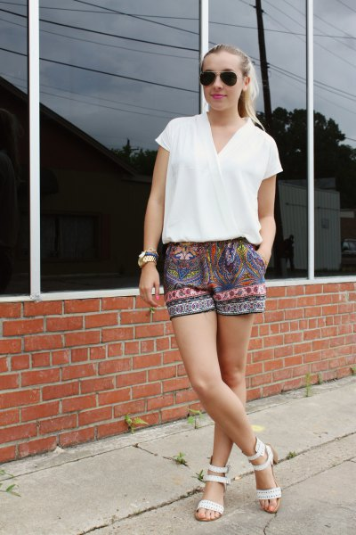 Short-sleeved shorts with a white wrap top and tribal print