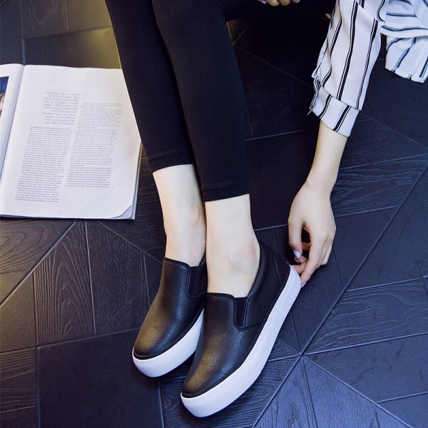 Skinny jeans with black and white leather trainers