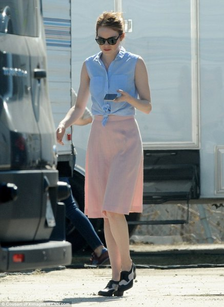 Sky-blue, knotted, sleeveless shirt with a knee-length chiffon skirt in pink and slippers