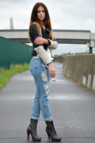Heeled shoes with studs, boyfriend jeans with cuffs