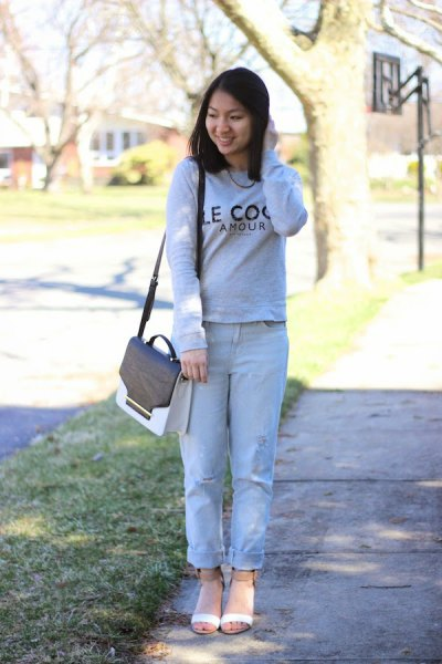 Sweater with light blue boyfriend jeans with cuffs and blushing pink open-toe boots