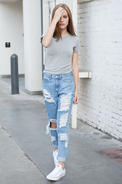 T-shirt cuffed boyfriend jeans sneakers outfit