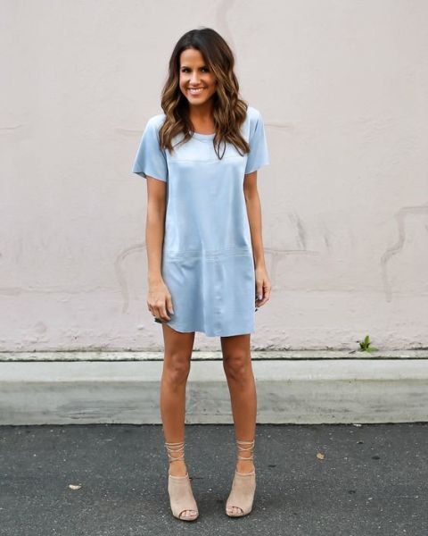 T-shirt dress with light pink short open toe suede boots