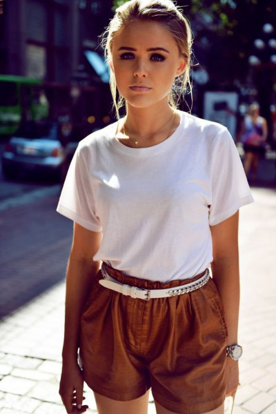 T-shirt with flowing khaki shorts and white belt