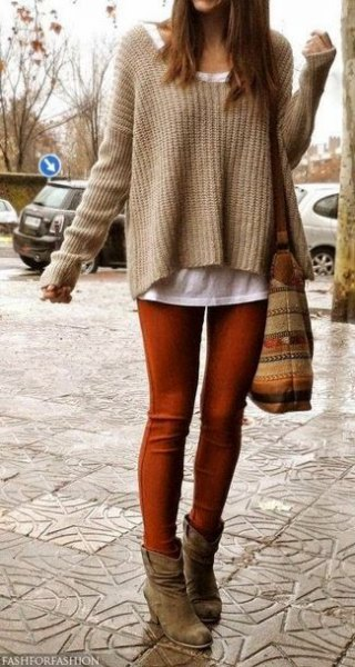Light brown ribbed sweater with brown skinny jeans