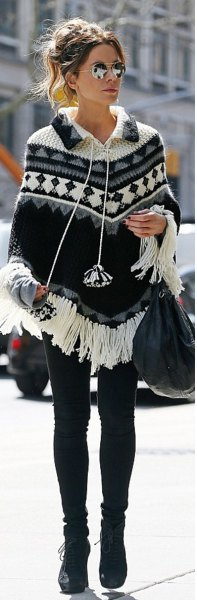 Poncho sweater with a fringe pattern and skinny jeans