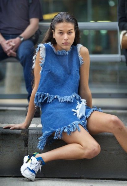 two-piece mini dress with fringes and white and blue shoes with two toned jeans details