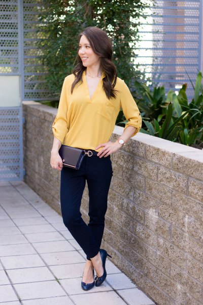 Buttonless blouse with a V-neckline, black chinos and pointed toe heels