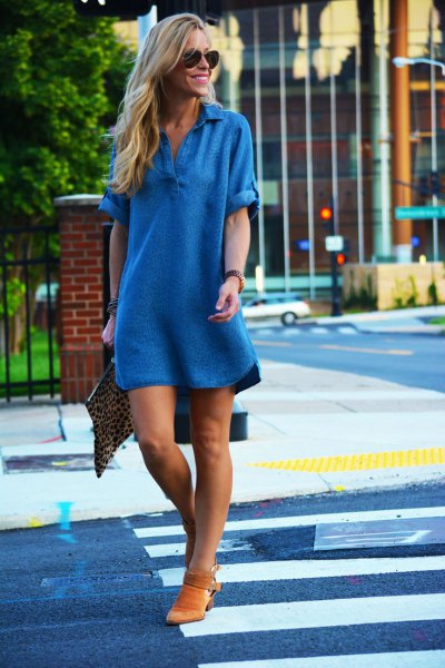 Chambray shift mini dress with V-neck and short boots made of brown suede