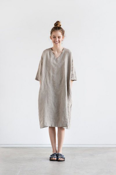 Wear a gray linen top with a V-neck and half sleeves as a dress
