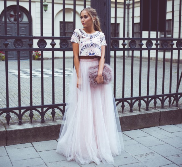 short t-shirt with white and blue print and flowing tulle skirt