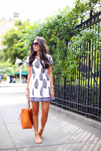 Tunic dress in white and navy with gold sandals