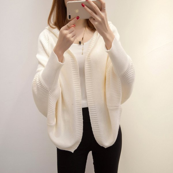 white cardigan with batwing sleeves and black skinny jeans