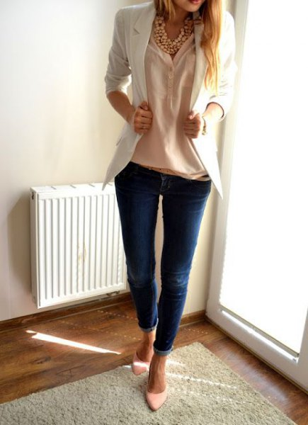 white blazer with a peach-colored linen shirt and skinny jeans