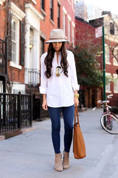 white shirt with buttons, blue jeans and gray felt hat