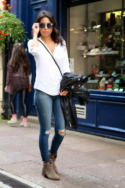 white shirt with buttons and dark blue skinny jeans
