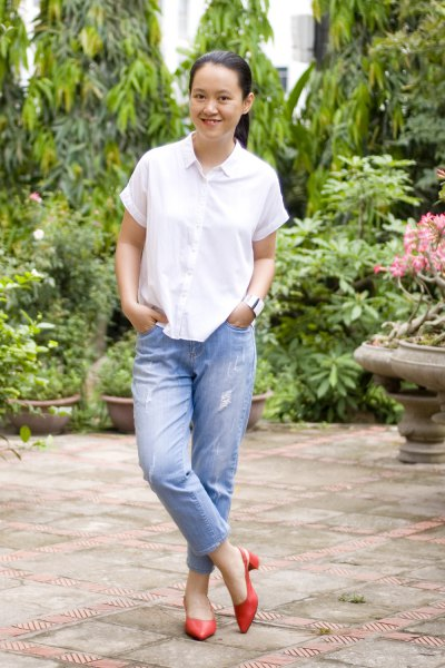 white short-sleeved shirt with buttons and blue boyfriend jeans