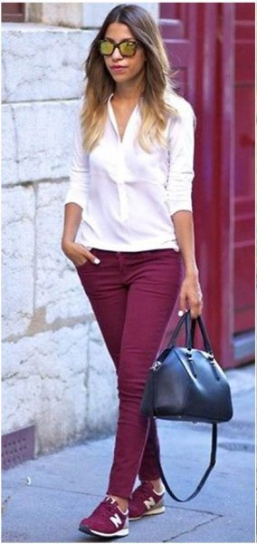 white, narrow-cut blouse with buttons, burgundy-colored skinny jeans and matching shoes
