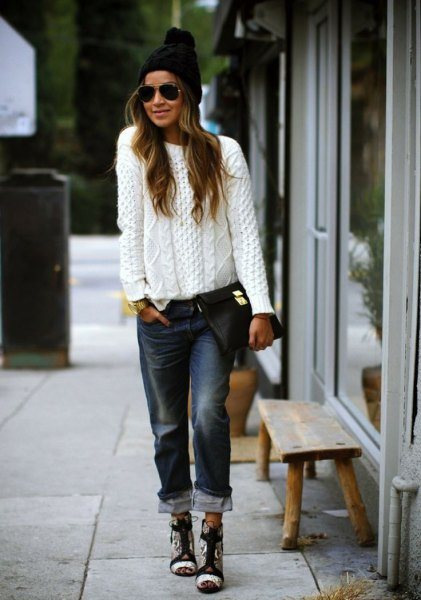 white, coarsely knitted sweater with black boyfriend jeans with cuffs and knitted hat