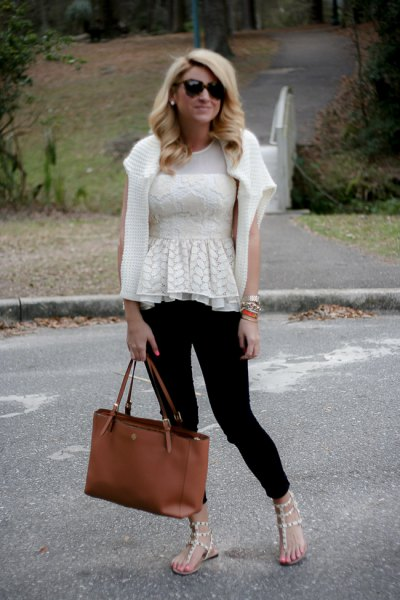white cardigan and black skinny jeans