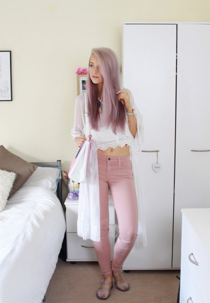Short top made of white chiffon and lace with pink skinny jeans