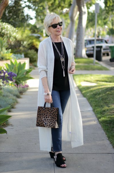white feather duster sweater with black t-shirt and skinny jeans