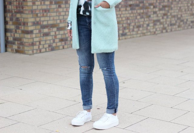 white fleece longline blazer with narrow-cut jeans with cuffs and platform sneakers