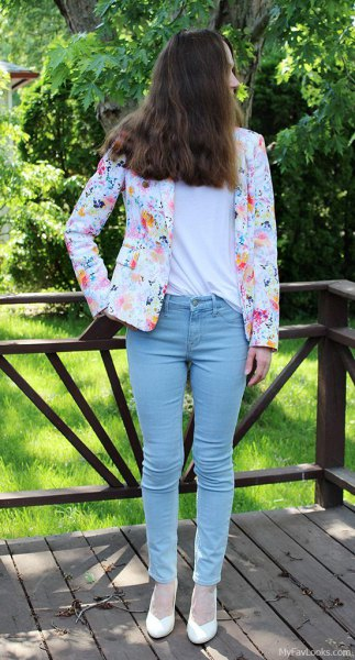 white blazer with a floral pattern and light, narrow-cut jeans