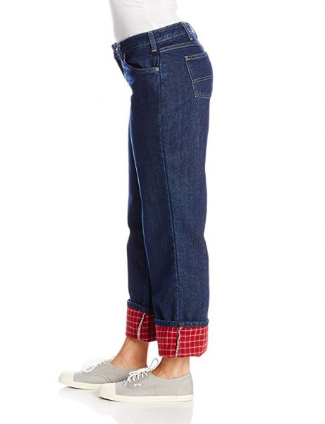 white, figure-hugging long-sleeved t-shirt with blue straight-leg jeans and flannel lining