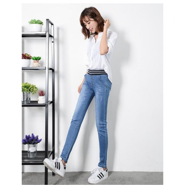 white blouse with half sleeves and blue jeans with high waist