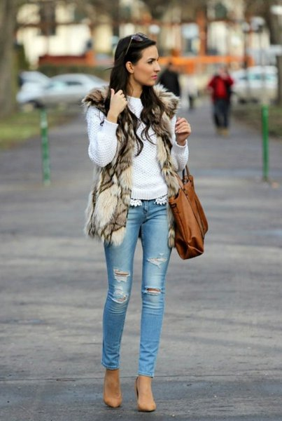 white knitted sweater with brown shoulder bag and skinny jeans