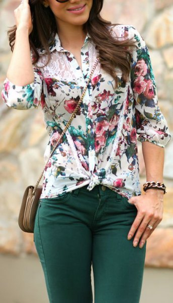 white knotted flower blouse with dark gray skinny jeans
