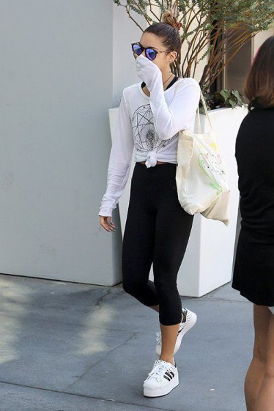 white knotted t-shirt with long sleeves and cropped, narrow-cut high-rise jeans