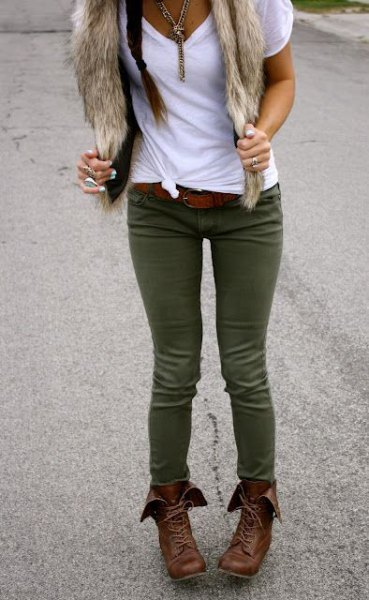 white knotted t-shirt with olive-green skinny jeans and faux fur scarf