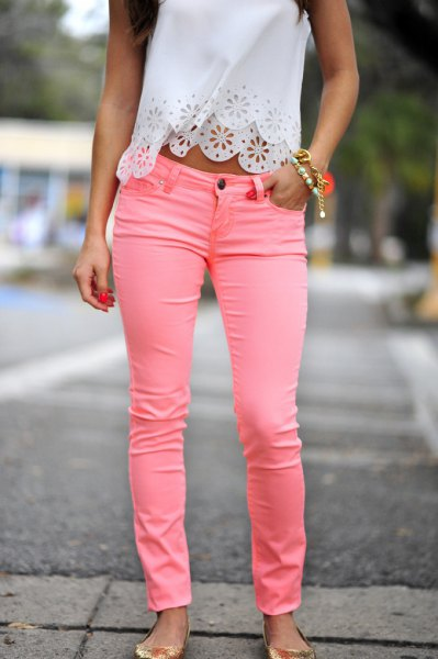 short halter top made of white lace with pink jeans