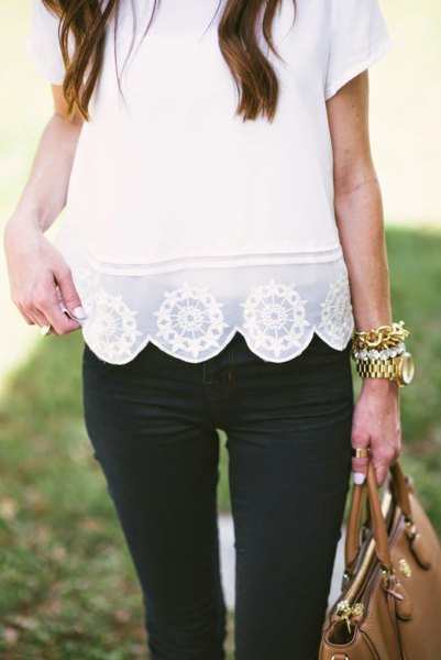Short-sleeved shirt with white lace and scalloped hem and black skinny jeans