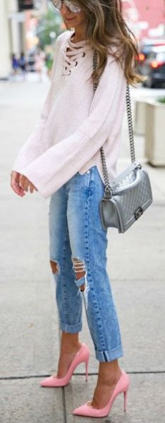 White long-sleeved blouse with a lace neckline, boyfriend jeans and light pink heels