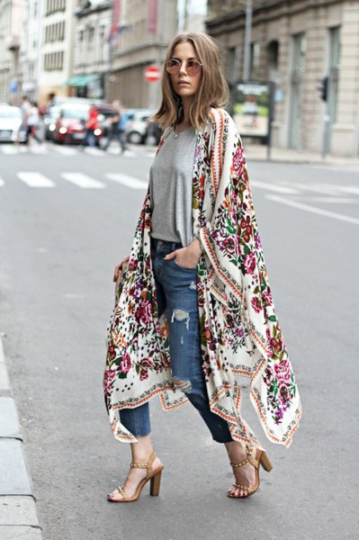 white maxi cardigan with floral print and blue, narrow-cut jeans