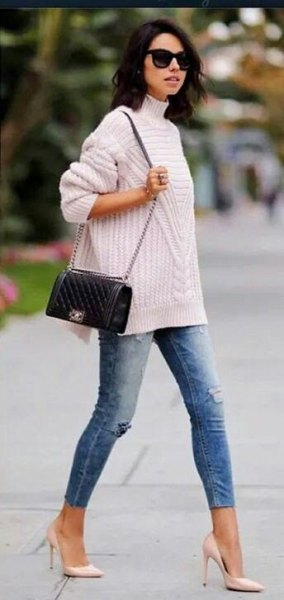 white ribbed sweater with stand-up collar, blue jeans and pink heels