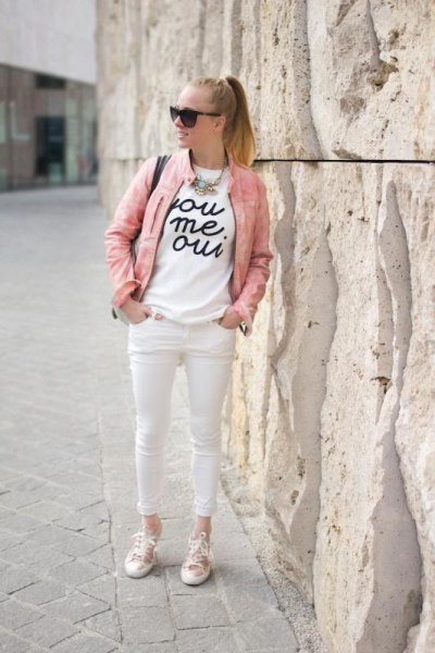 white printed T-shirt and skinny jeans