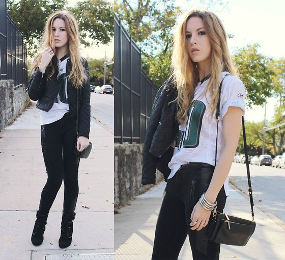 T-shirt with white print, black skinny jeans and leather shoulder bag