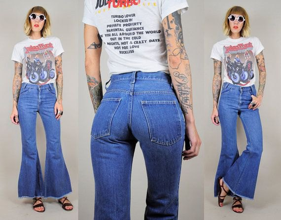 T-shirt with white print and blue jeans with high waist