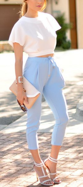 short top with short sleeves in white ruffle and light blue trousers with a high waist