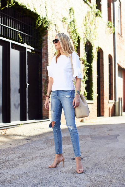 white blouse with ruffle sleeves and light blue skinny jeans